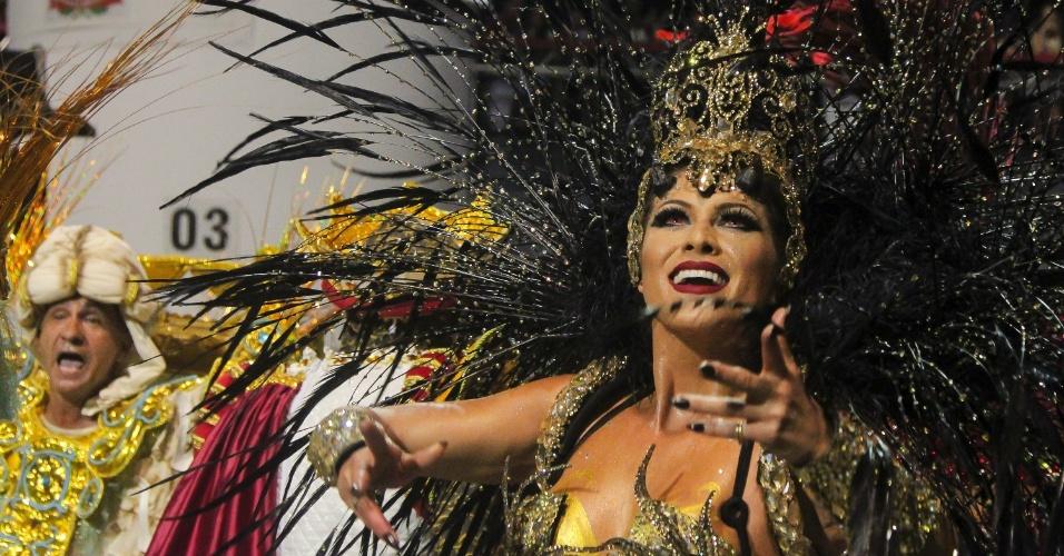 7.fev.2016 - Lívia Andrade rebola na passarela do samba no desfile do Império de Casa Verde, na madrugada desde domingo