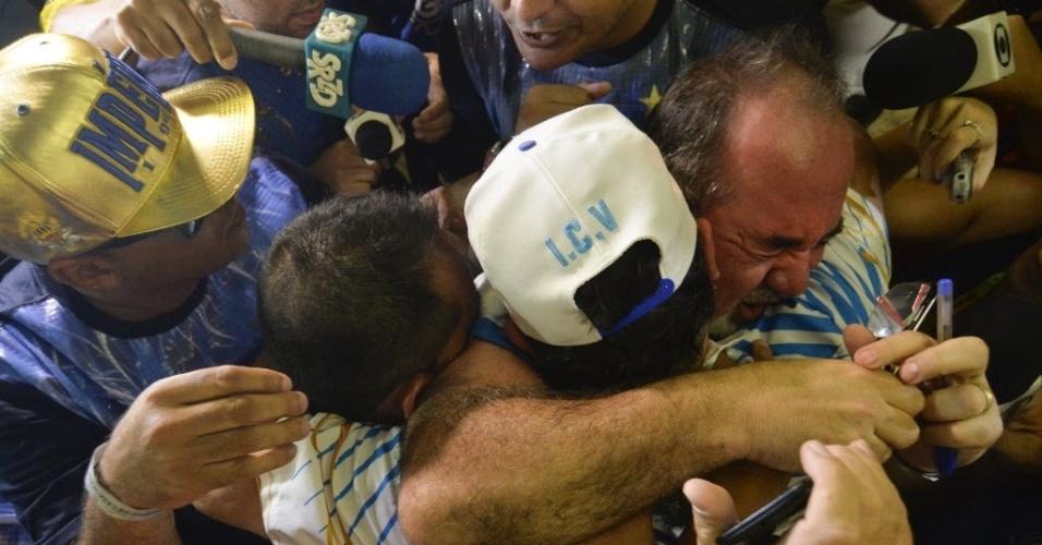 9.fev.2016 - Império de Casa Verde faz a festa ao se descobrir campeã do Carnaval 2016 de São Paulo, depois de uma polêmica apuração de notas, que teve empurra-empurra e agressões entre dirigentes