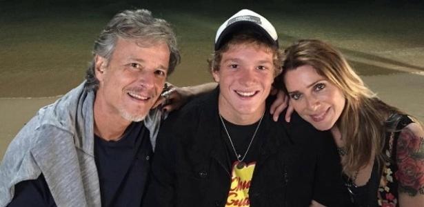 """Pedro Novaes com os pais Marcello Novaes e Letícia Spiller nos bastidores de """"Sol Nascente"""" em Búzios - Reprodução/Instagram"""