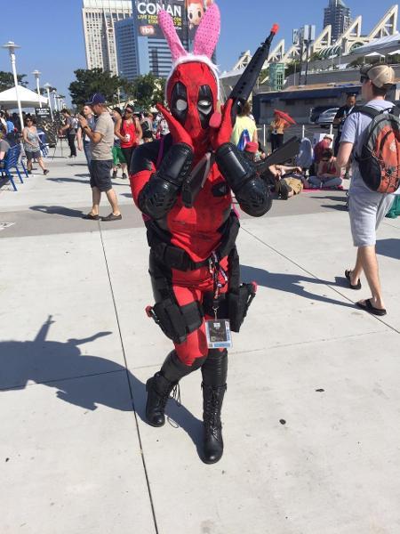 Fã mostra o lado descontraído de Deadpool na fila para entrar na San Diego Comic-Con 2016 - Felipe Branco Cruz/UOL