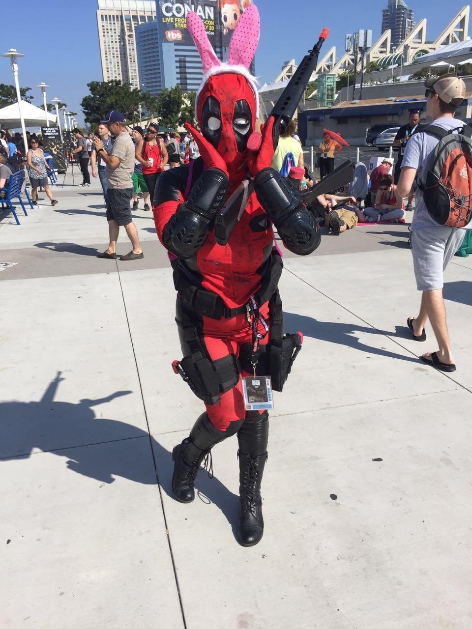 23.jul.2016 - Fã mostra o lado descontraído de Deadpool na fila para entrar na San Diego Comic-Con 2016
