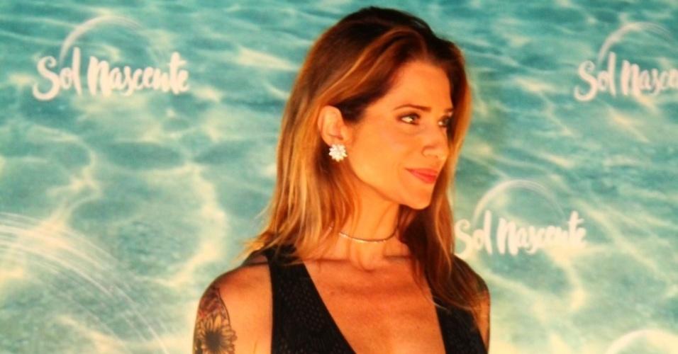 """25.ago.2016 - Letícia Spiller vai à festa de lançamento de """"Sol Nascente"""" usando vestido com decote e fenda"""