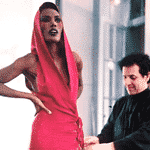 Grace Jones com vestido rosa criado por Alaia para o filme 007 em 1985 - Reprodução/ Pinterest
