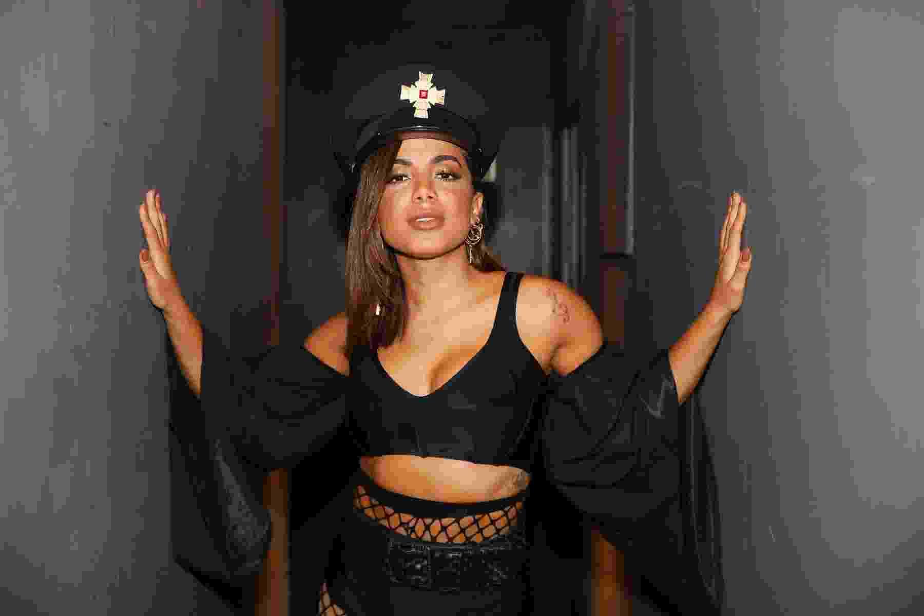 12.fev.2017- De top e decote, Anitta se apresenta no ensaio do Bloco das Poderosas na The Week em São Paulo na madrugada deste domingo - Felipe Panfili/Divulgação