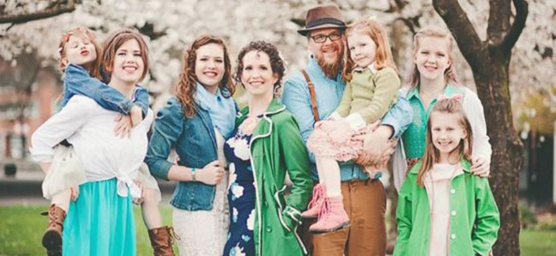 Os americanos Jessica e Jeremy Martin-Weber com as seis filhas - Reprodução/Facebook
