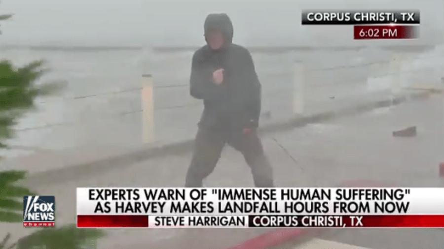 Repórter do FOX News tenta se equilibrar no meio do furacão, no Texas (EUA) - Reprodução/FOX News