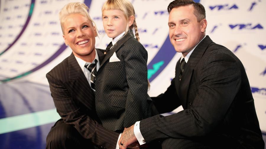 Pink, a filha Willow e o marido Carey  - Getty Images