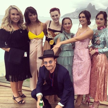 Bono Vox, Dakota Johnson (à direita, na ponta), Helena Christensen (de vestido com busto amarelo), Karen Elson (de vestido com detalhe de leopardo), entre outras famosas  - Reprodução/Instagram