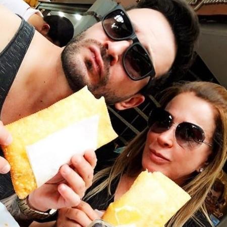 Zilu e o namorado devoram um pastel no Mercado Municipal de São Paulo - Reprodução/Instagram