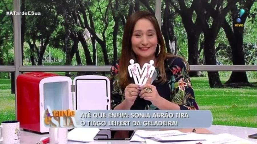 """Sonia Abrão tira Tiago Leifert e Boninho da geladeira do programa """"A Tarde É Sua"""" - Reprodução/RedeTV!"""