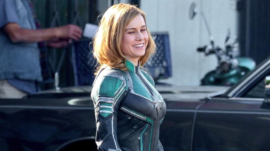 Brie Larson é flagrada com uniforme verde da Capitã Marvel - Reprodução