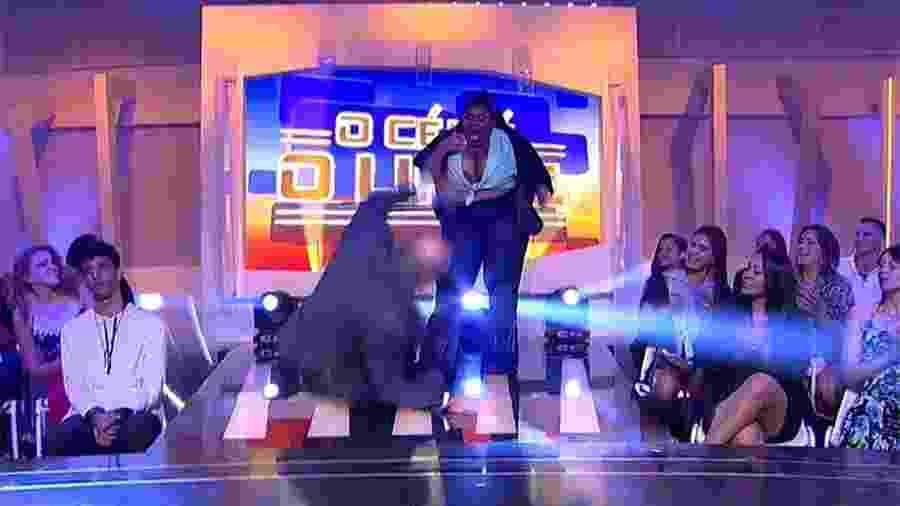 """Marcelo de Carvalho """"cai"""" no palco e deixa Jojo Todynho de boca aberta - Reprodução/RedeTV!"""