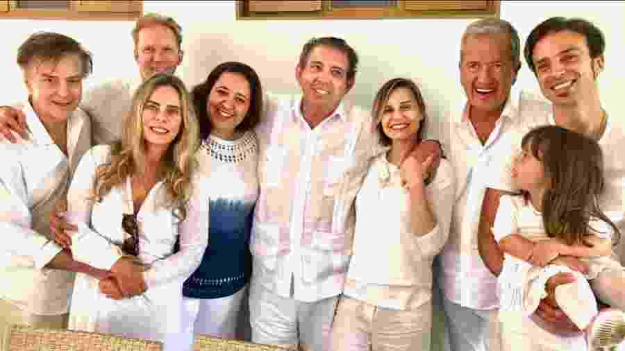 João de Deus entre familiares, Paula Burlamaqui, Bruna Lombardi, Carlos Alberto Riccelli e o fotógrafo Mario Testino - Reprodução/Instagram