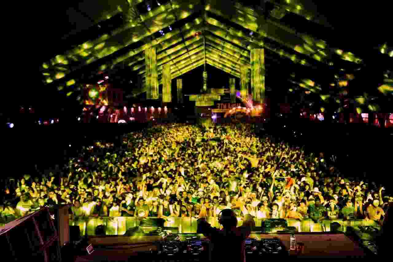 """Público se diverte com o Carnaval eletrônico no Mirante BH com o SunFlower, ou """"Carnaval do Amor"""" - Nereu Jr./UOL"""
