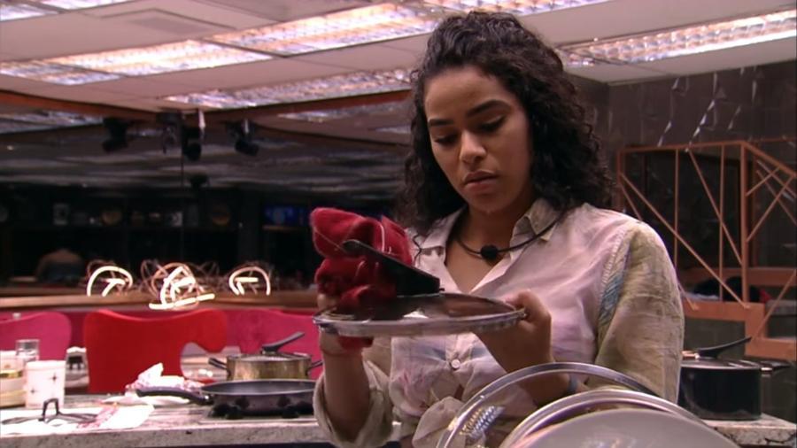 Elana conversa com Rizia enquanto seca a louça - Reprodução/GloboPlay
