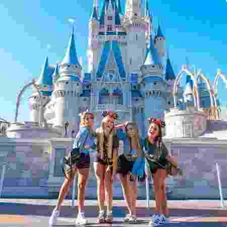 As ex-BBBs Paula, Hariany, Isabella e Carol Peixinho foram juntas pra Disney - Reprodução/Twitter