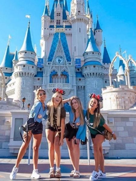 As ex-BBBs Paula, Hariany, Isabella e Carol Peixinho posam juntas na Disney - Reprodução/Twitter
