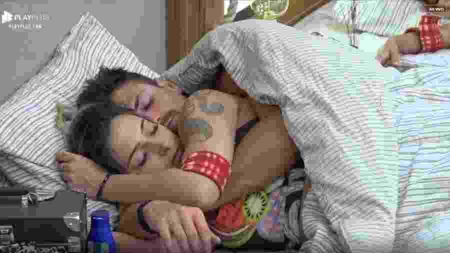Tati Dias e Guilherme Leão dormem abraçados no quarto da sede - Reprodução/Playplus