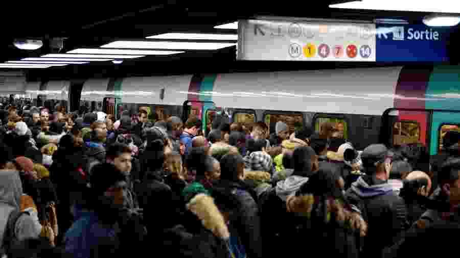 09.12.2019 - Plataforma da estação Chatelet-les Halles, em Paris durante a greve de transportes na França - Aurore Mesenge/AFP