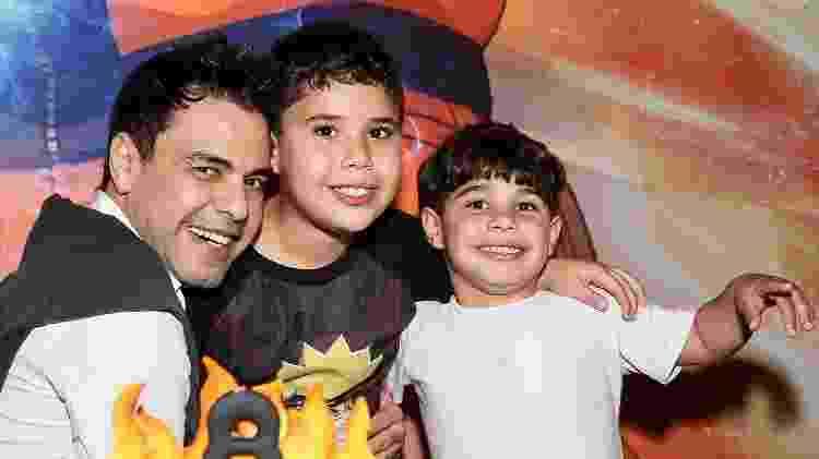 Zezé Di Camargo pósa com os netos atrás do bolo de aniversário - Manuela Scarpa e Marcos Ribas/Brazil News