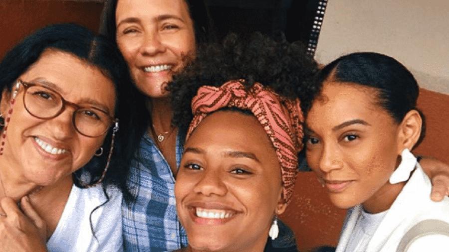 """As atrizes Regina Casé, Adriana Esteves, Jéssica Ellen e Taís Araújo nos bastidores das gravações de """"Amor de Mãe"""" - Reprodução/Instagram"""