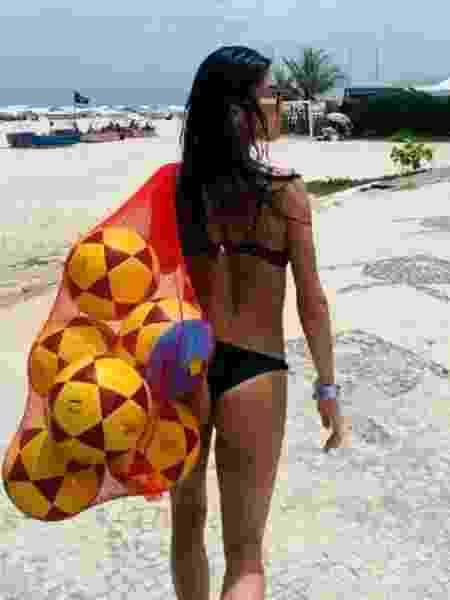Thaila Ayala passeia na praia com bolas de futebol - REPRODUÇÃO/INSTAGRAM