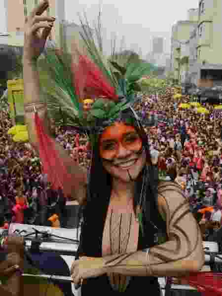 De body preto e cocar indígena, Alessandra Negrini desfila no Baixo Augusta - Nelson Antoine/UOL