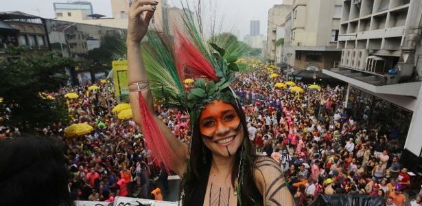 A folia pelo país   Pré-Carnaval tem Negrini de cocar, ensaios de famosas e Paolla no bloco