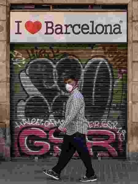 Covid espanha - barcelona 06/05 - homem caminhando máscara - Getty Images - Getty Images