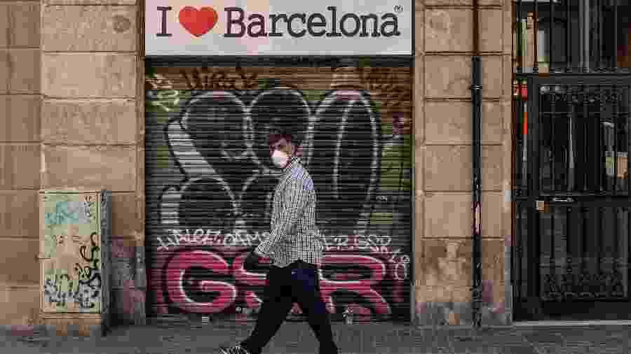 Covid espanha - barcelona 06/05 - homem caminhando máscara - Getty Images