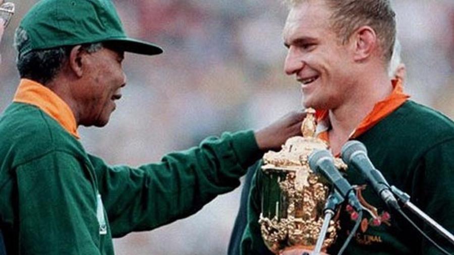 Nelson Mandela na final da Copa do Mundo de Rúgbi de 1995. - Arquivo.