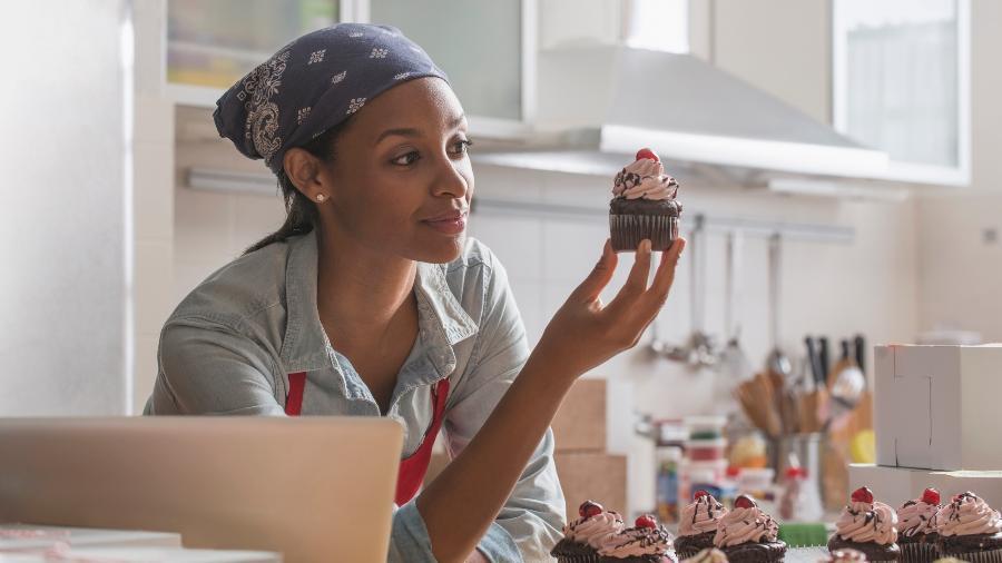 Apesar do desejo de tocar o próprio negócio, as mulheres ainda sentem constrangimento ao solicitar empréstimo aos bancos - Getty Images