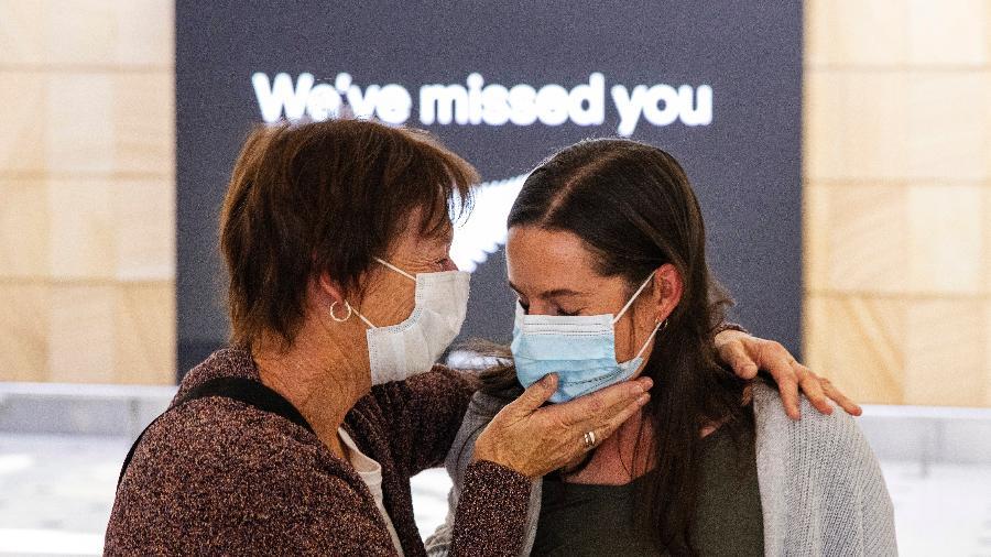 Viajantes da Nova Zelândia se abraçam e se emocionam na chegada ao aeroporto de Sydney, na Austrália - Jenny Evans/Getty Images