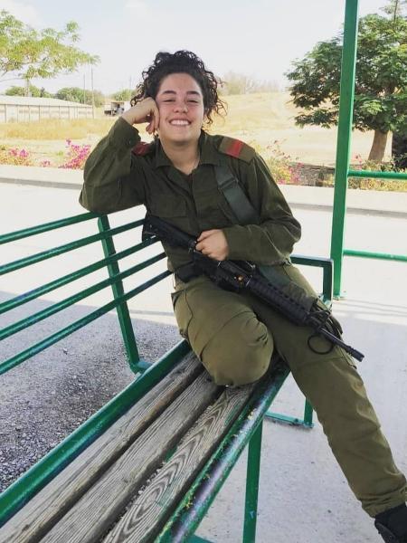 Ana Baron tem 22 anos e vive em Israel há três; entrar no Exército foi forma de saber mais sobre a sociedade local - arquivo pessoal