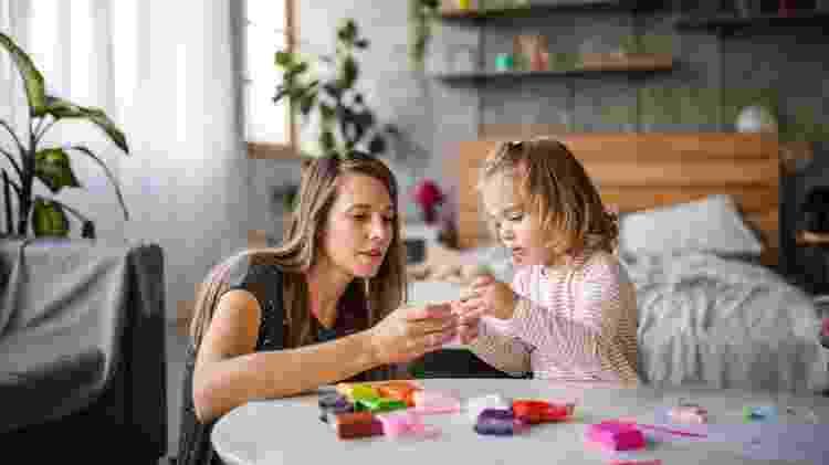 Mãe e filha brincando juntas, infância, maternidade - fizkes/iStock - fizkes/iStock