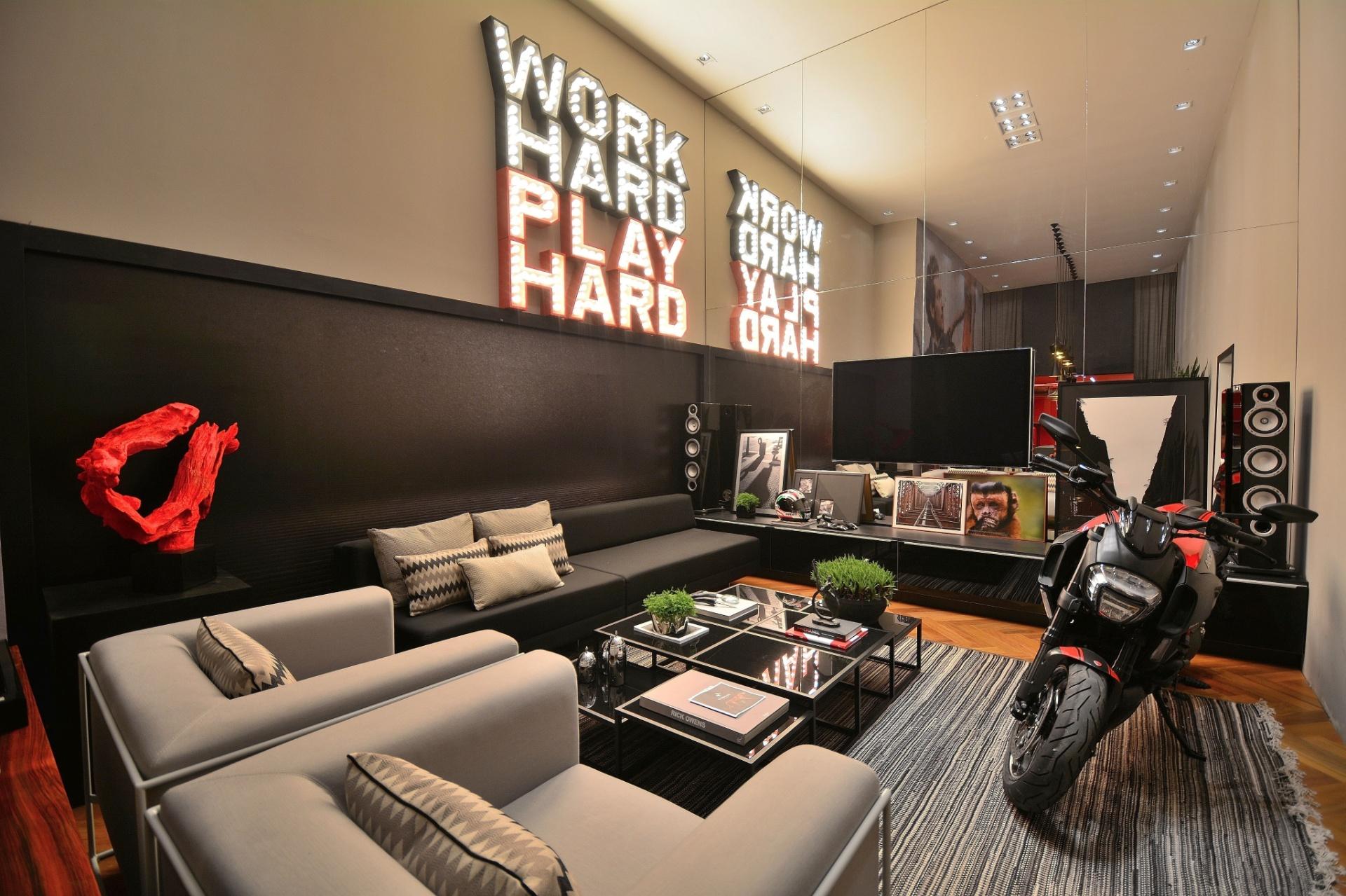 #B22019 preto cinza marca a sala de estar do projeto Work Hard Play Hard de  1920x1279 píxeis em Decoração De Sala De Estar Em Cinza
