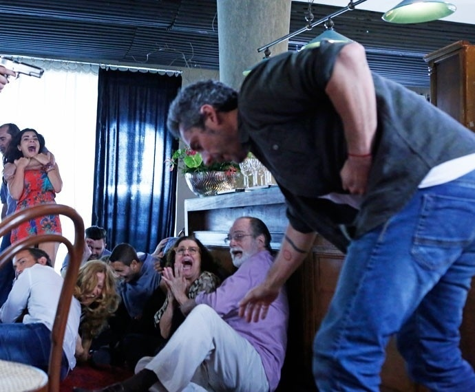 Romero leva um tiro ao tentar salvar Tóia