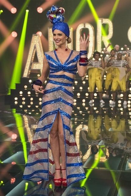 Fernanda Lima se fantasia de Carmem Miranda no