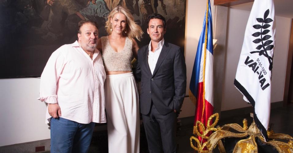 Ana Hickmann e Jacquin posam ao lado do cônsul da França no Brasil, Damian Loras