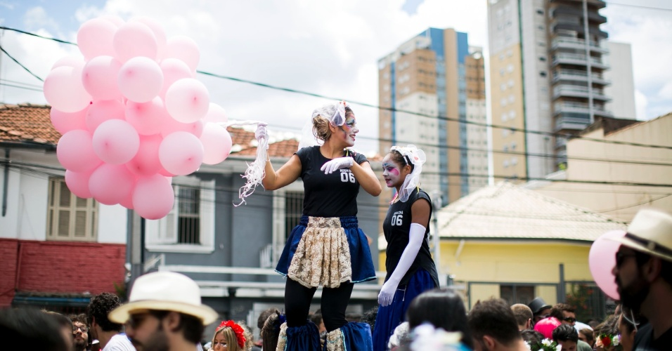 30.jan.2016 - Fantasias criativas e coloridas marcam o desfile do bloco Casa Comigo, na Av. Brigadeiro Faria Lima, em São Paulo.
