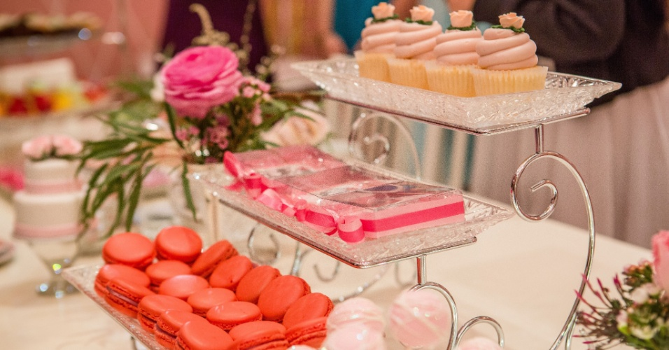 Docinhos sevidos em peças de cristais, da Ella Arts, decoravam a mesa do chá da tarde para celebrar o aniversário de Stephanie