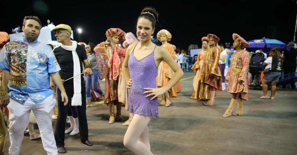 6.fev.2016 - Sophia Raia que comandou grupo de balé no desfile em homenageou a sua mãe, a atriz e bailarina Cláudia Raia