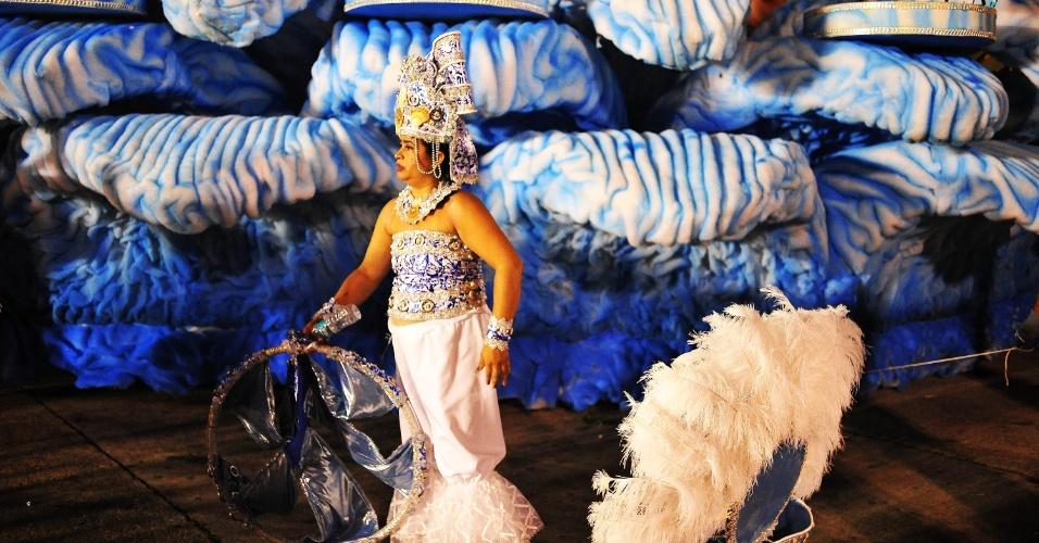 6.fev.2016 -Integrantes começam a desmontar fantasias na despersão do desfile da madrugada deste sábado