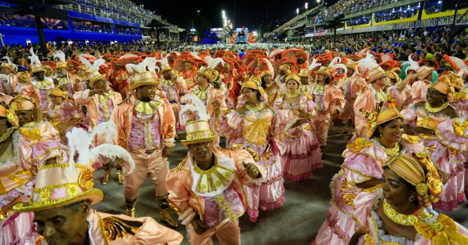 8.fev.2016 - Uma das alas do desfile da Beija-Flor. A atual campeã do Carnaval do Rio buscou relembrar a história do Marquês de Sapucaí, que dá nome à avenida do samba