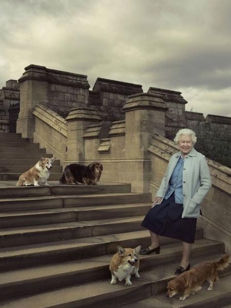 20.abr.2016 - A rainha Elizabeth posa para fotos ao lado de seus cachorros no Castelo de Windsor - Annie Leibovitz/Divulgação
