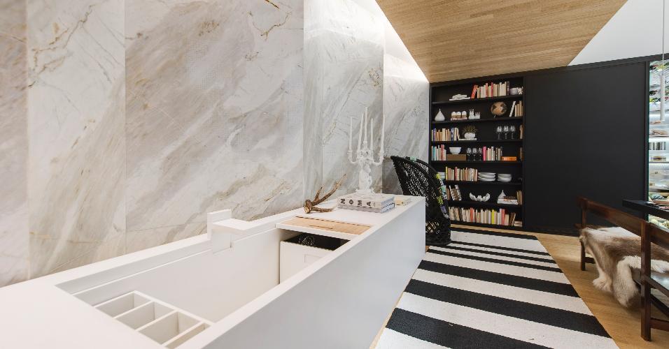 A bancada de Corian é um dos destaques do espaço Cozinha Gourmet, de Guilherme Torres, na edição paulistana da Casa Cor em 2016. O móvel - que pode ser totalmente fechado - funciona como armário, pia, escorredor e máquina de lavar, esta escondida em um compartimento