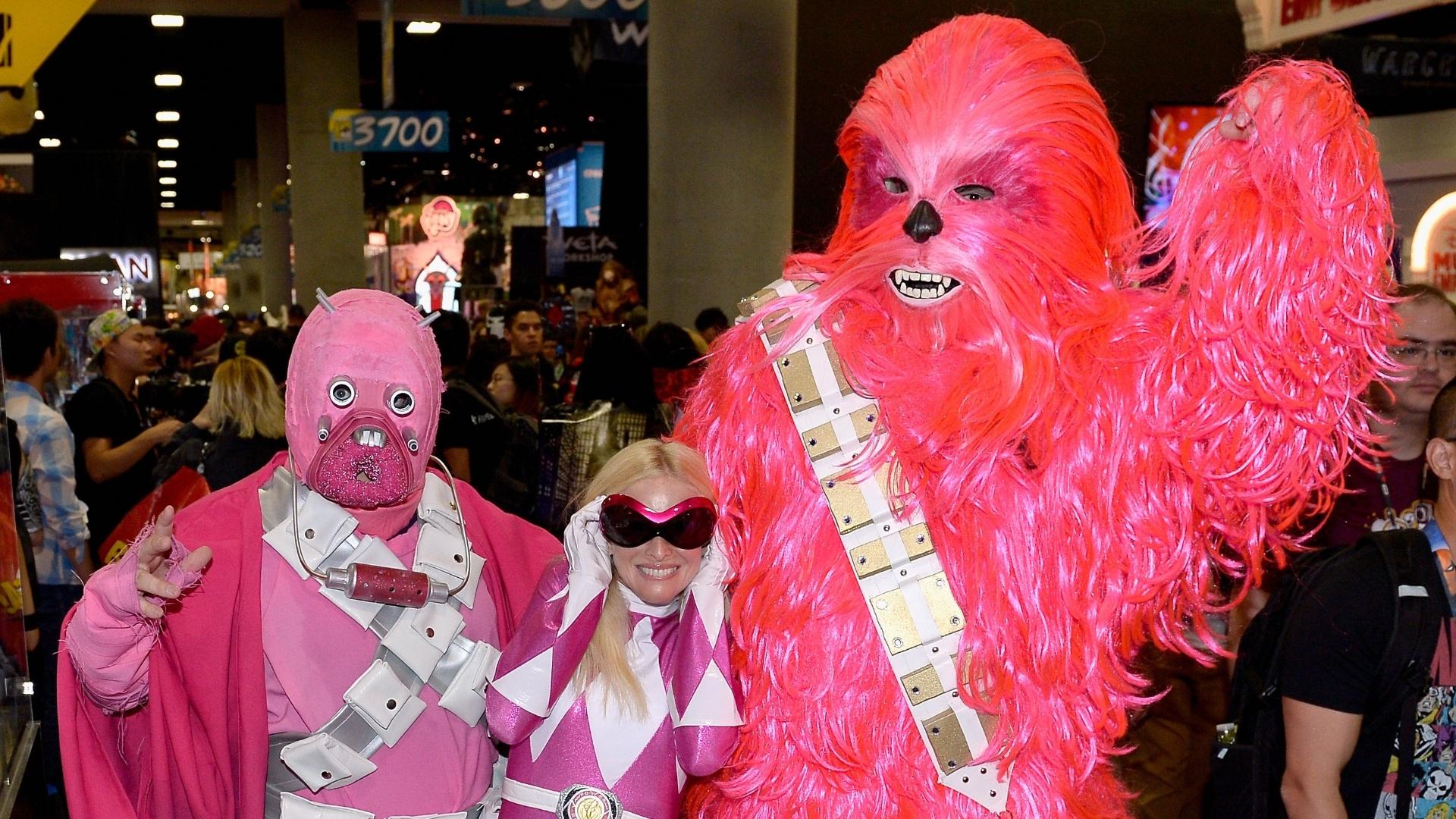 24.jul.2016 - Uma versão feminina de Chewbacca posa ao lado de outros amigos 'cor-de-rosa' na Comic-Con