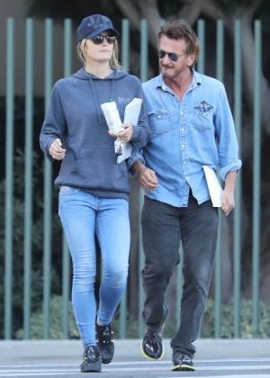 Sean Penn passeia por Los Angeles com a nova namorada, a atriz Leila George - AKM-GSI