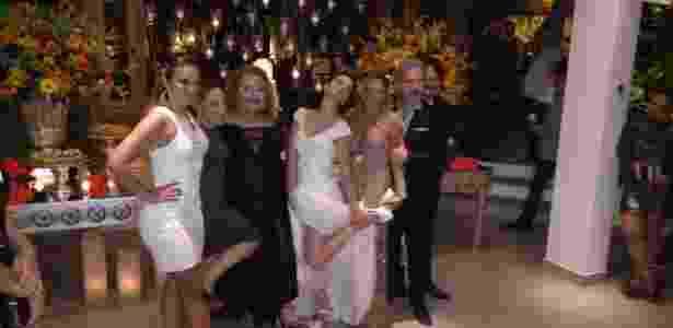"""21.nov.2016 - A noiva, Laura Keller, com os colegas de """"Pé na Cova"""" - Reprodução - Reprodução"""