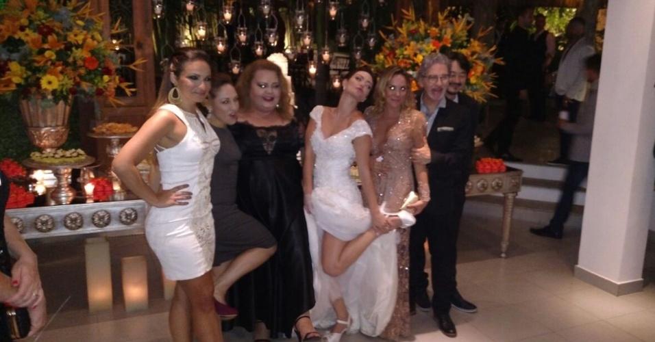"""21.nov.2016 - A noiva, Laura Keller, com os colegas de """"Pé na Cova"""""""